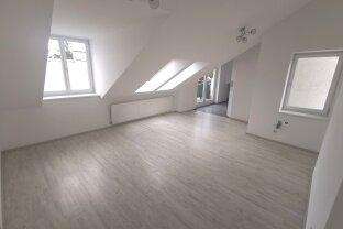 UNBEFRSITETE  3 Zimmer DG Wohnung mit Balkon!!