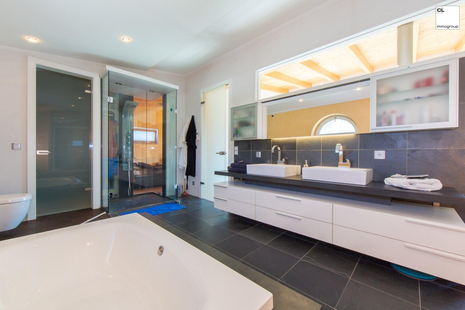 Herrliches Badezimmer mit Doppelwaschbecken