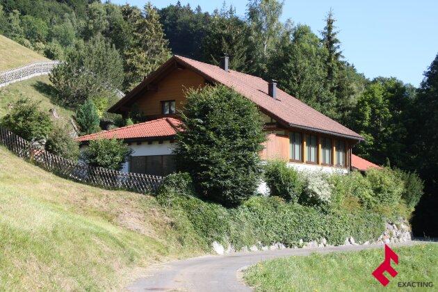 Wohnhaus mit Hallenbad / Pavillon in absoluter Ruhelage