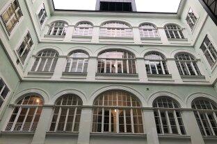 Neuwertige, klimatisierte, ruhige 3-Zimmer-Dachgeschosswohnung mit Dachterrasse