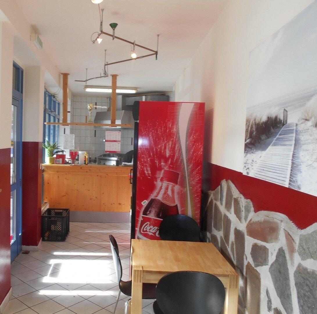 Gastraum mit Blick zur Küche