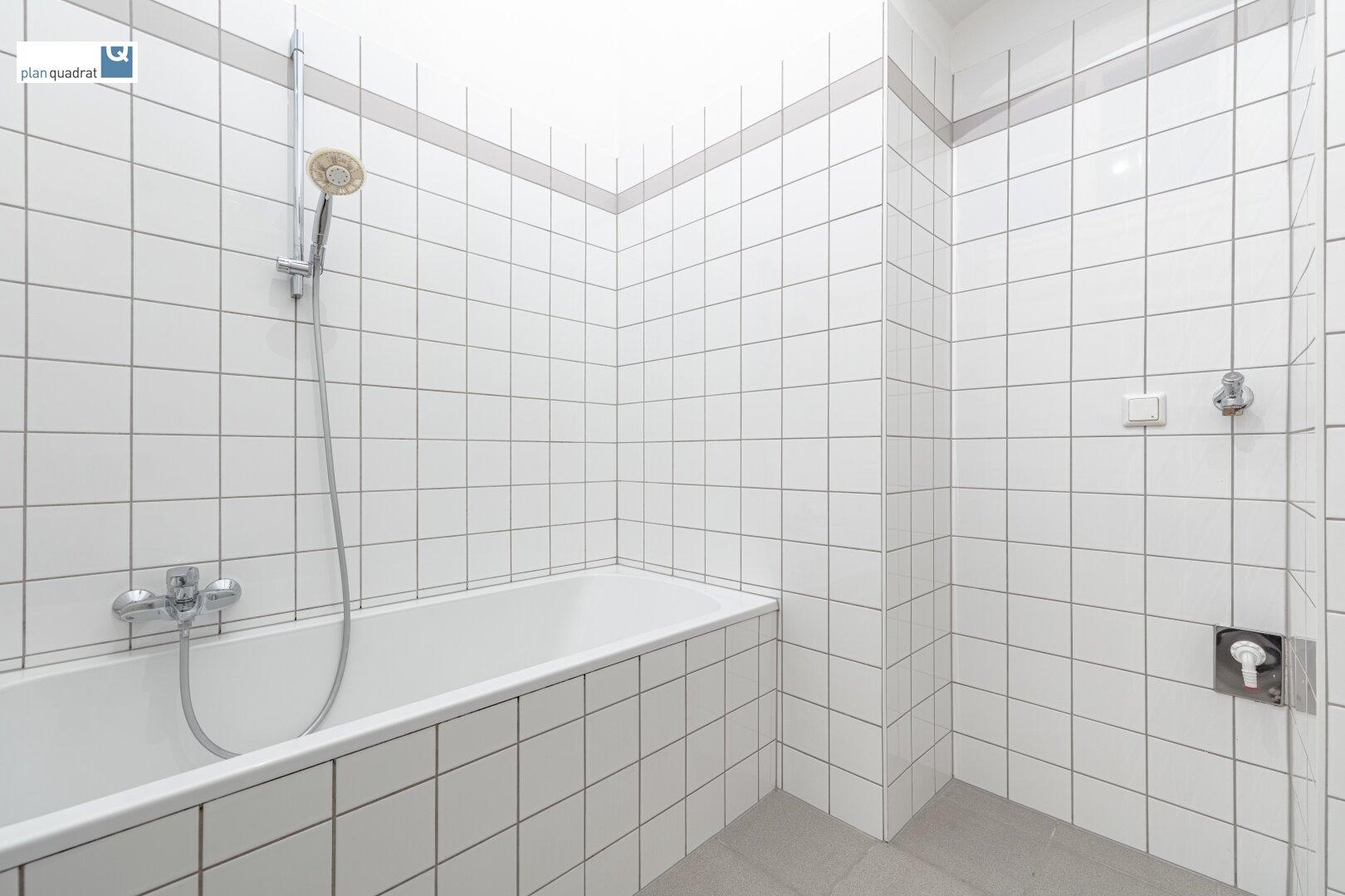 Badezimmer (mit Waschbecken, Badewanne & Wa-Ma-Anschluss